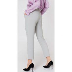 Rut&Circle Kopertowe spodnie Delia - Grey. Szare spodnie materiałowe damskie Rut&Circle, w paski, z poliesteru. Za 161.95 zł.