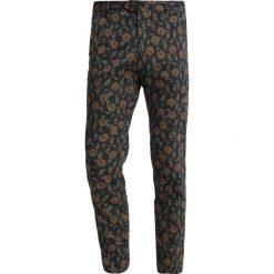 Bertoni BANK Spodnie garniturowe blue print. Eleganckie spodnie męskie marki House. Za 509.00 zł.