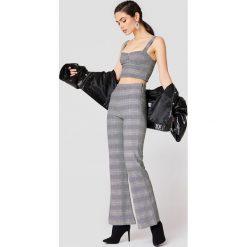 NA-KD Trend Rozszerzane spodnie z wysokim stanem - Grey. Szare spodnie materiałowe damskie NA-KD Trend. Za 202.95 zł.