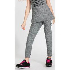 Spodnie sportowe dla dużych dziewcząt JSPDTR400 - CIEPŁY JASNY SZARY. Szare spodnie sportowe dla dziewczynek 4F JUNIOR, z dzianiny. W wyprzedaży za 49.99 zł.