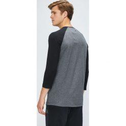 Reebok - Longsleeve. Czarne bluzki z długim rękawem męskie Reebok, z nadrukiem, z bawełny, z okrągłym kołnierzem. W wyprzedaży za 119.90 zł.