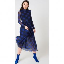 NA-KD Trend Siateczkowa sukienka midi z długim rękawem - Blue,Multicolor. Niebieskie sukienki damskie NA-KD Trend, ze stójką, z długim rękawem. W wyprzedaży za 135.80 zł.