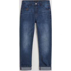 Jeansy slim fit z bawełną organiczną - Granatowy. Niebieskie jeansy męskie Reserved. Za 129.99 zł.