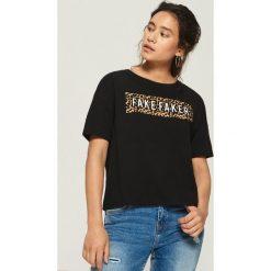 T-shirt z napisem i zwierzęcym motywem - Czarny. Czarne t-shirty damskie Sinsay, z motywem zwierzęcym. W wyprzedaży za 14.99 zł.