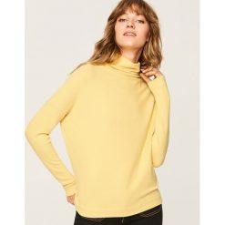 Sweter z szeroką stójką - Zielony. Swetry damskie marki bonprix. Za 59.99 zł.