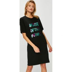 Answear - Sukienka. Szare sukienki damskie ANSWEAR, z aplikacjami, z dzianiny, casualowe, z okrągłym kołnierzem. W wyprzedaży za 79.90 zł.