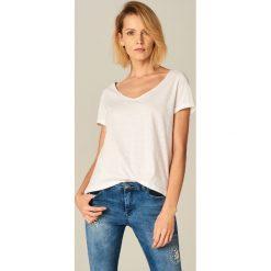 Bawełniana koszulka z dekoltem w szpic - Biały. Białe bluzki damskie Mohito, z bawełny. Za 19.99 zł.