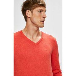 Tom Tailor Denim - Sweter. Różowe swetry przez głowę męskie Tom Tailor Denim, z bawełny, z okrągłym kołnierzem. W wyprzedaży za 89.90 zł.