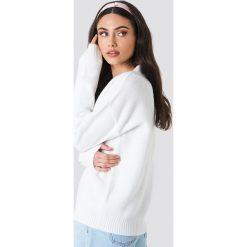 Schanna x NA-KD Sweter - White. Białe swetry damskie Schanna x NA-KD, dekolt w kształcie v. Za 161.95 zł.