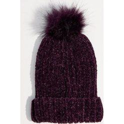 Szenilowa czapka z pomponem - Fioletowy. Fioletowe czapki i kapelusze damskie Mohito. Za 39.99 zł.