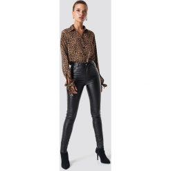 NA-KD Trend Spodnie z wysokim stanem Waxed - Black. Czarne spodnie materiałowe damskie NA-KD Trend, z jeansu. Za 161.95 zł.