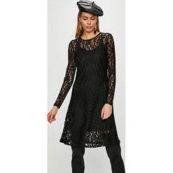 Vero Moda - Sukienka Tammi. Czarne sukienki damskie Vero Moda, z dzianiny, casualowe, z okrągłym kołnierzem, z długim rękawem. Za 189.90 zł.