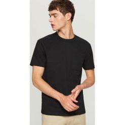 T-shirt z bawełny organicznej - Czarny. Czarne t-shirty męskie Reserved, z bawełny. W wyprzedaży za 29.99 zł.