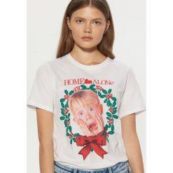 Koszulka Home Alone - Biały. Białe t-shirty damskie Cropp. Za 49.99 zł.