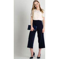 Granatowe eleganckie spodnie  BIALCON. Szare spodnie materiałowe damskie BIALCON, ze splotem. W wyprzedaży za 174.00 zł.