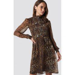 NA-KD Sukienka ze stójką - Brown. Brązowe sukienki damskie NA-KD, z tkaniny, ze stójką, z długim rękawem. Za 161.95 zł.