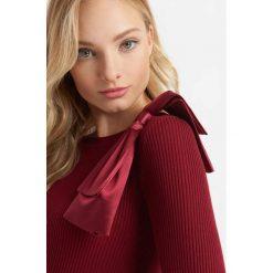 Prążkowany sweter z kokardą. Czarne swetry damskie Orsay, z dzianiny, z kokardą. Za 99.99 zł.