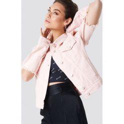 NA-KD Kurtka dżinsowa z rozciętym rękawem - Pink. Różowe kurtki damskie NA-KD, z bawełny. W wyprzedaży za 97.19 zł.
