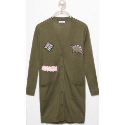 Długi sweter z naszywkami - Khaki. Swetry dla dziewczynek Reserved. W wyprzedaży za 39.99 zł.