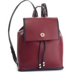 Plecak TOMMY HILFIGER - Tommy Chain Backpack AW0AW05807 903. Czerwone plecaki damskie Tommy Hilfiger, ze skóry ekologicznej, klasyczne. Za 699.00 zł.