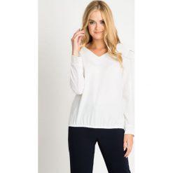 Biała bluzka bombka QUIOSQUE. Białe bluzki damskie QUIOSQUE, z tkaniny, biznesowe, dekolt w kształcie v, z długim rękawem. W wyprzedaży za 99.99 zł.