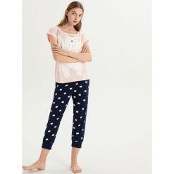 Dwuczęściowa piżama z misiem - Różowy. Czerwone piżamy damskie Sinsay. Za 59.99 zł.