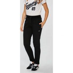 Guess Jeans - Spodnie. Szare jeansy damskie Guess Jeans. W wyprzedaży za 199.90 zł.