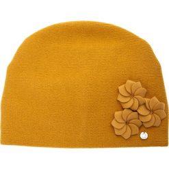 Musztardowa czapka z trzema kwiatami QUIOSQUE. Czerwone czapki i kapelusze damskie QUIOSQUE, z wełny. Za 99.99 zł.