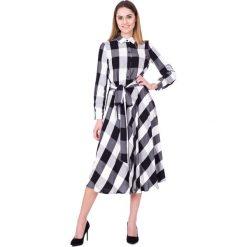 Czarno-biała sukienka w kratę za kolano BIALCON. Białe sukienki damskie BIALCON, na lato, z wiskozy, biznesowe, z długim rękawem. W wyprzedaży za 293.00 zł.