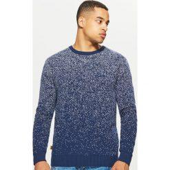 Sweter z nadrukiem all over - Granatowy. Niebieskie swetry przez głowę męskie Cropp, z nadrukiem. Za 99.99 zł.