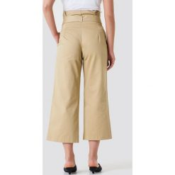 NA-KD Trend Szerokie spodnie bawełniane z wiązaniem w talii - Beige. Brązowe spodnie materiałowe damskie NA-KD Trend, w paski, z bawełny. Za 202.95 zł.