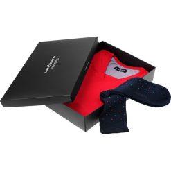 Zestaw Sweter plus Skarpety. Czerwone skarpety męskie LANCERTO, z bawełny, z dekoltem w serek. Za 149.80 zł.