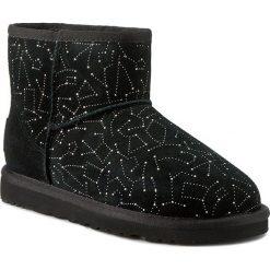 Buty UGG - W Classic Mini Constellation 1010244 Blk. Czarne kozaki damskie UGG, ze skóry. Za 963.00 zł.