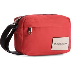Torebka CALVIN KLEIN JEANS - Sport Essential Came K40K400393 623. Czerwone listonoszki damskie Calvin Klein Jeans, z jeansu. W wyprzedaży za 229.00 zł.