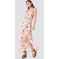 Trendyol Wzorzysta sukienka z rozcięciem - Pink. Różowe sukienki damskie Trendyol, z poliesteru, z falbankami. W wyprzedaży za 90.98 zł.