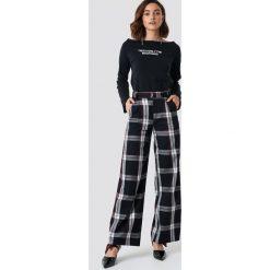 NA-KD Trend Rozszerzane spodnie garniturowe - Black,Multicolor. Czarne spodnie materiałowe damskie NA-KD Trend, z haftami. Za 181.95 zł.