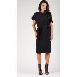 Czarna Sukienka z Krótkim Kimonowym Rękawem z Paskiem. Czarne sukienki damskie Molly.pl, w paski, biznesowe, z okrągłym kołnierzem, z krótkim rękawem. W wyprzedaży za 130.11 zł.