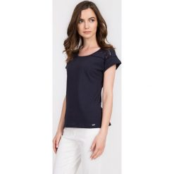 Granatowa ażurowa bluzka z bawełny QUIOSQUE. Szare bluzki damskie QUIOSQUE, w ażurowe wzory, z bawełny, z krótkim rękawem. W wyprzedaży za 29.99 zł.