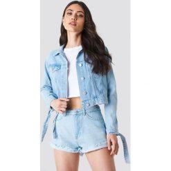 Schanna x NA-KD Kurtka jeansowa z wiązaniami - Blue. Niebieskie kurtki damskie Schanna x NA-KD, z jeansu. Za 202.95 zł.
