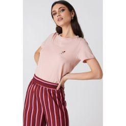 NA-KD T-shirt z haftowaną różą na piersi - Pink. Różowe t-shirty damskie NA-KD, z haftami, z bawełny. Za 40.95 zł.
