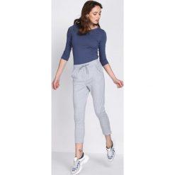 Jasnoszare Spodnie Dresowe Walk Free. Szare spodnie dresowe damskie Born2be, z dresówki. Za 34.99 zł.