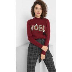 Sweter z błyszczącym napisem. Czerwone swetry damskie Orsay, z dzianiny, z golfem. Za 119.99 zł.