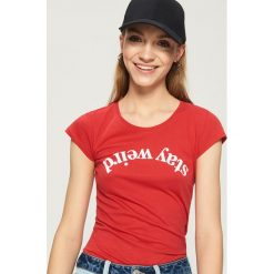 T-shirt Stay weird - Czerwony. Czerwone t-shirty damskie Sinsay. Za 9.99 zł.