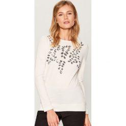 Sweter z połyskującą aplikacją - Kremowy. Białe swetry damskie Mohito. Za 119.99 zł.