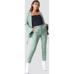 NA-KD Classic Spodnie garniturowe z wysokim stanem - Green. Zielone spodnie materiałowe damskie NA-KD Classic, z haftami, z tkaniny. W wyprzedaży za 97.17 zł.