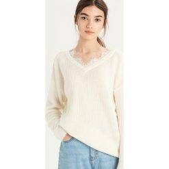 Sweter z koronką - Kremowy. Białe swetry damskie Sinsay, z koronki. Za 59.99 zł.