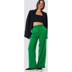 NA-KD Classic Błyszczące spodnie dzwony - Green. Zielone spodnie materiałowe damskie NA-KD Classic. W wyprzedaży za 121.77 zł.