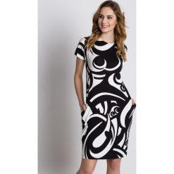 Dzianinowa luźna sukienka z krótkim rękawem i kieszeniami BIALCON. Szare sukienki damskie BIALCON, na lato, z dzianiny, biznesowe, z krótkim rękawem. W wyprzedaży za 118.00 zł.