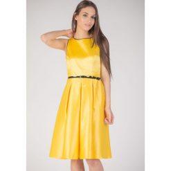 Żółta rozkloszowana sukienka QUIOSQUE. Żółte sukienki damskie QUIOSQUE, w paski, z bawełny, z kopertowym dekoltem, bez rękawów. W wyprzedaży za 69.99 zł.
