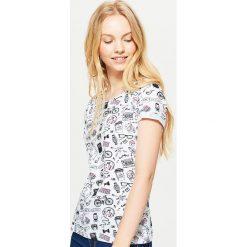 Koszulka z nadrukiem all over - Biały. Białe t-shirty damskie Cropp, z nadrukiem. Za 29.99 zł.